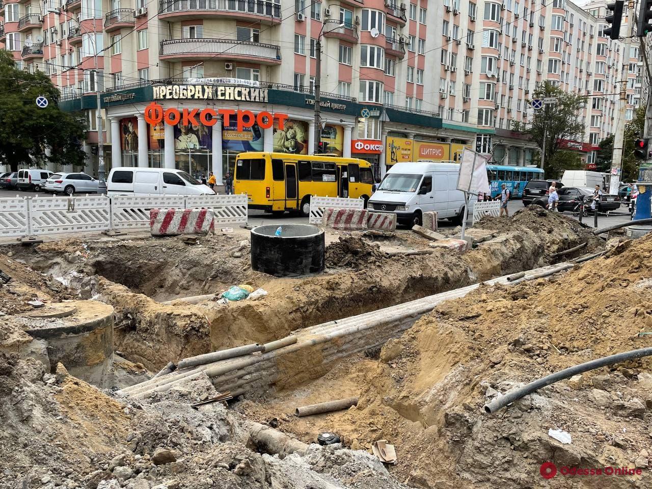 Реконструкция возле «Привоза»: цветочники перебрались к «Острову», а на Новощепном паркуются автохамы (фото)