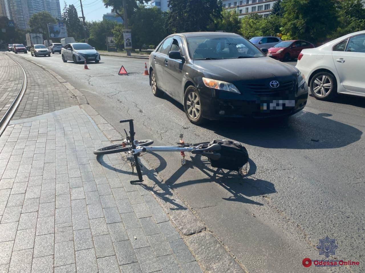 На Генуэзской автомобиль сбил велосипедистку