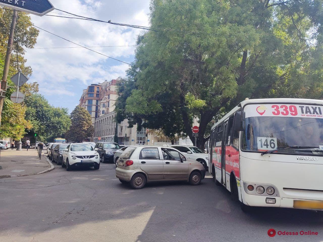 На Жуковского столкнулись две легковушки — машины вынуждены ехать в объезд (фото)