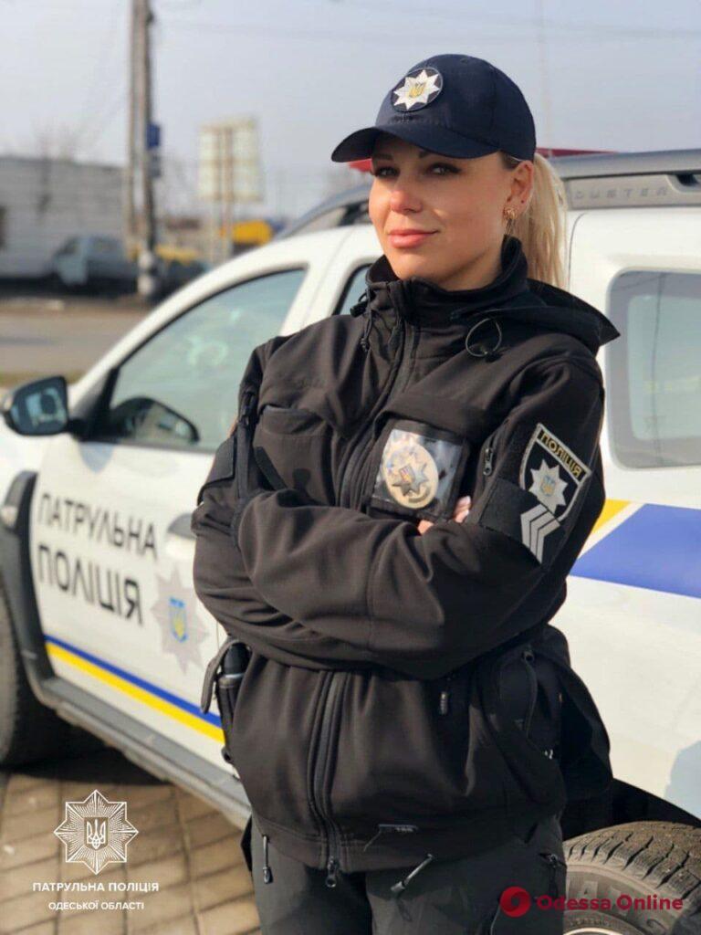 Одесские патрульные спасли порезавшую вены женщину