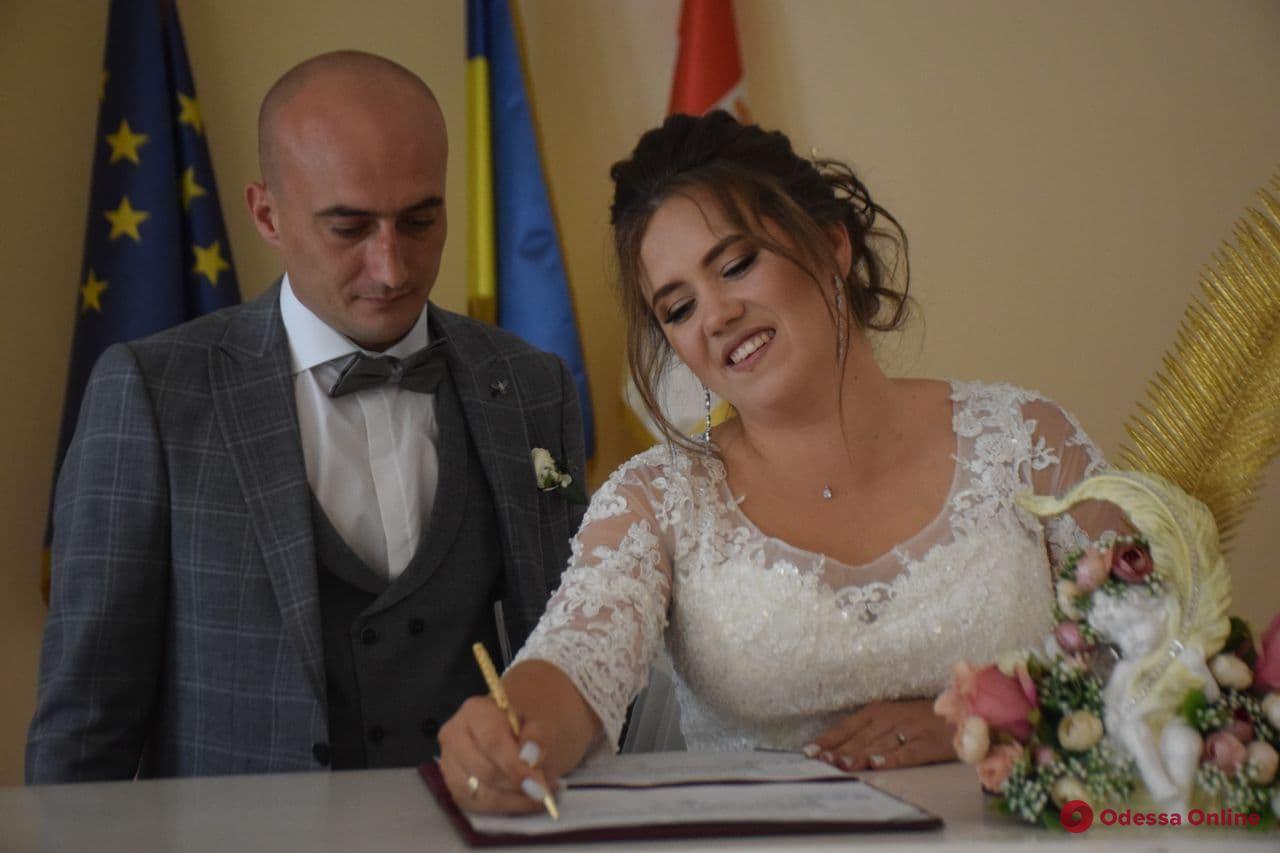 Спасла, теперь женись: в Одессе сыграли свадьбу девушка-медик и пострадавший в ДТП мотоциклист