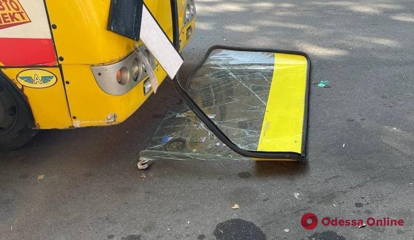 У одесской маршрутки на ходу вылетело лобовое стекло