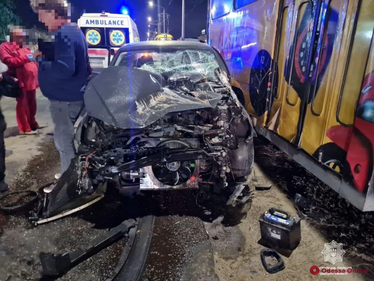 ДТП на Николаевской дороге: Volkswagen не уступил дорогу трамваю (фото, видео)