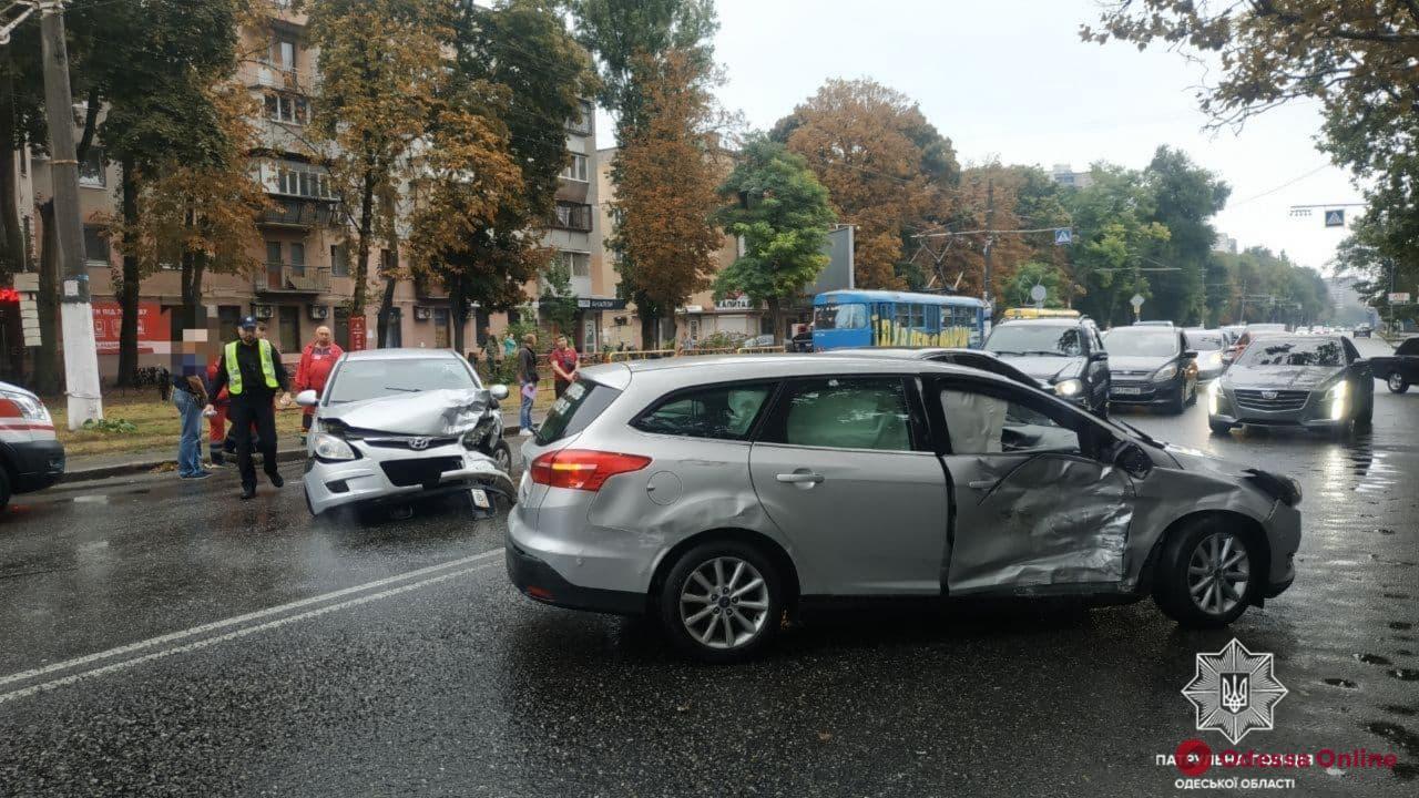 На Фонтане столкнулись Ford и Hyundai – пострадал один из водителей