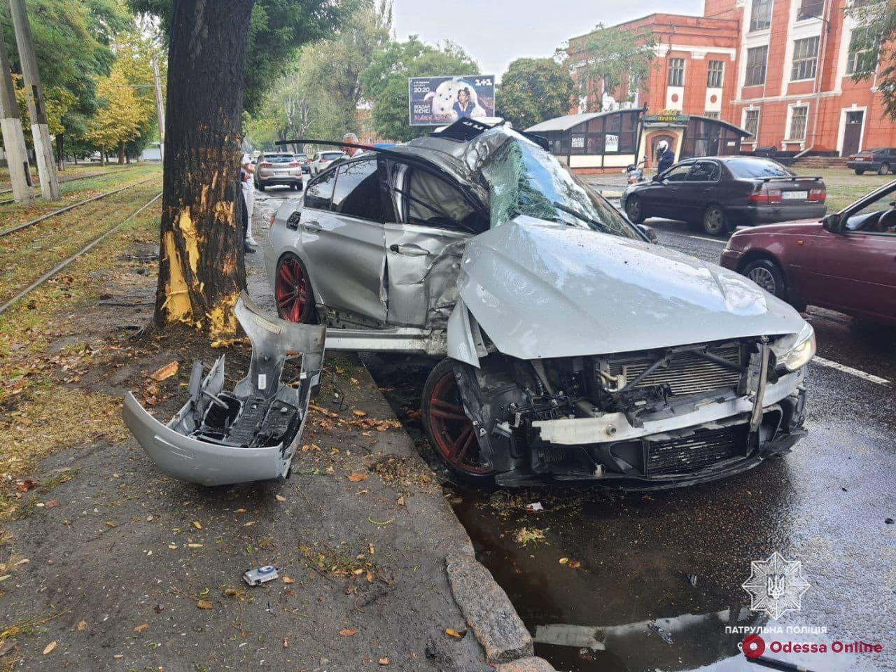 На Пересыпи 20-летний лихач на BMW влетел в дерево