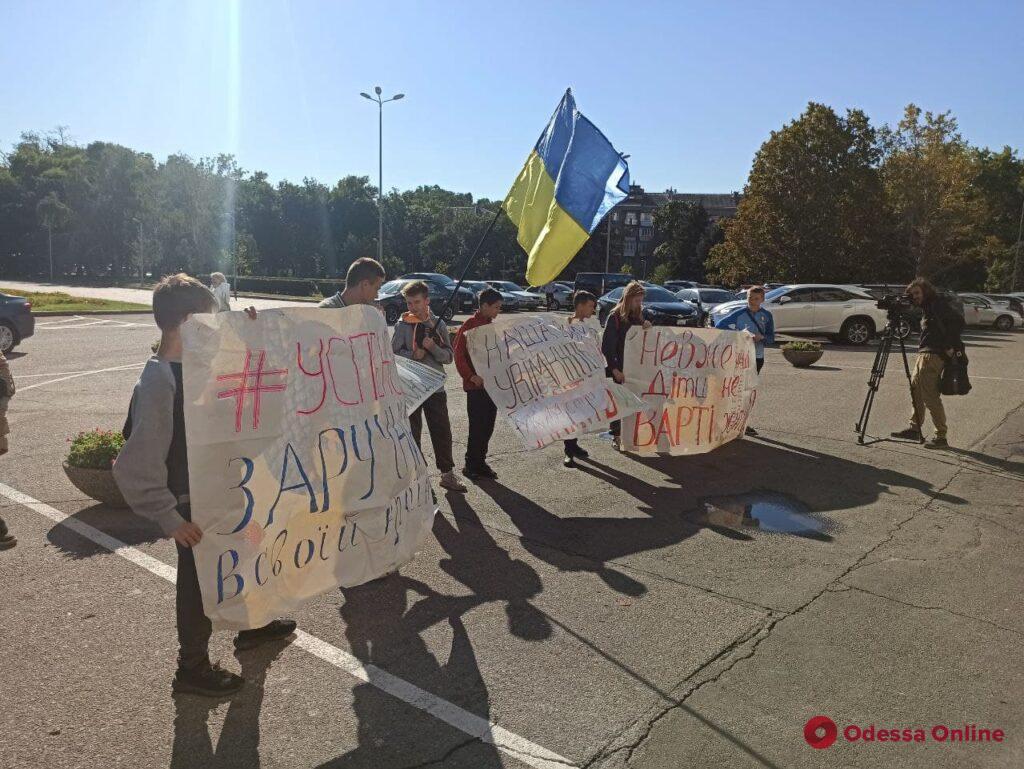 Требовали включить свет и перекрыли дорогу: переселенцы с Донбасса устроили пикет возле ОГА (фото)