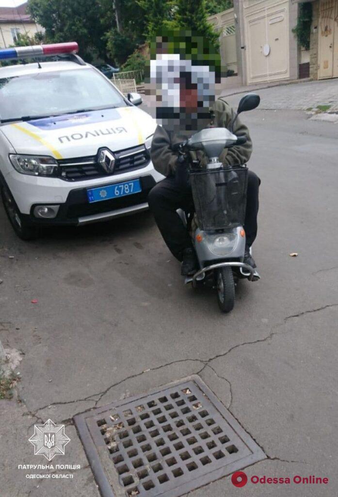 «Заглох» электроскутер: в Одессе патрульные помогли мужчине с инвалидностью добраться до дома