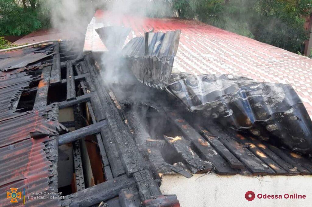 На Долгой во время пожара в гараже сгорел автомобиль
