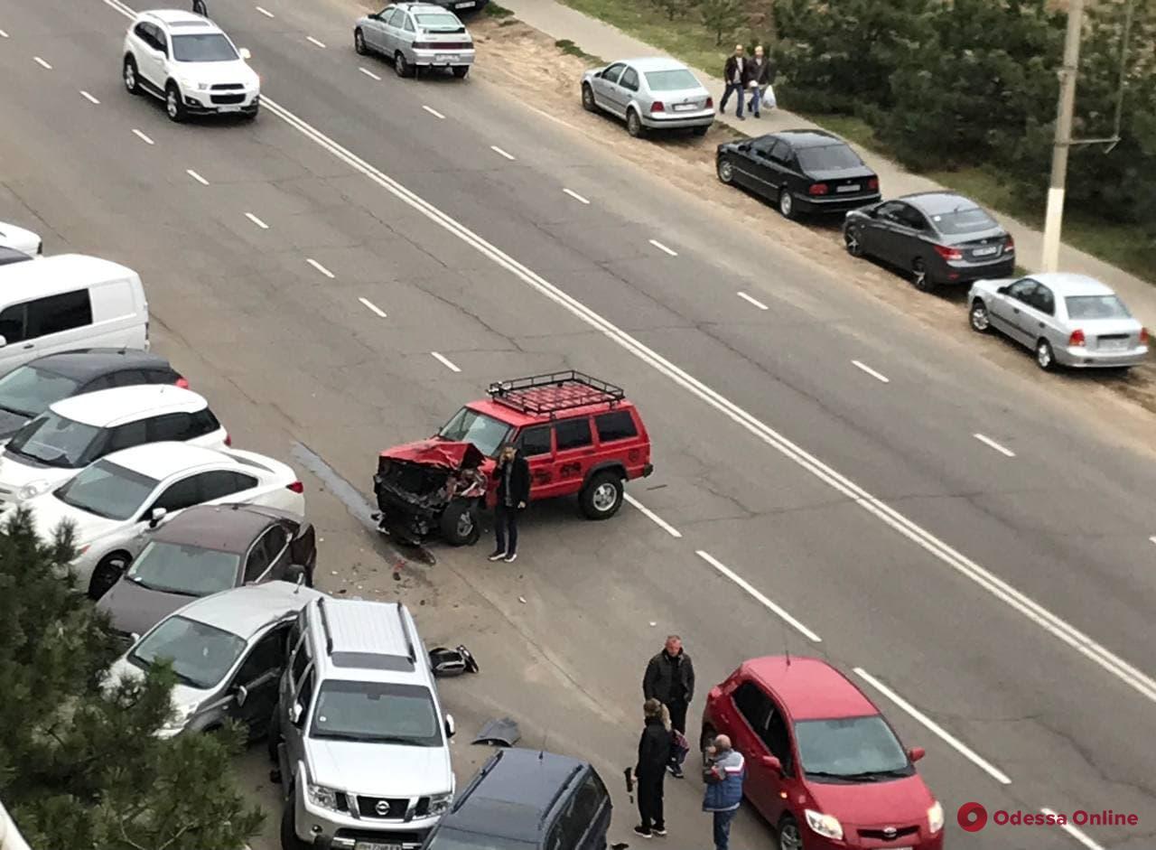 «Эффект домино»: в Черноморске водитель джипа разбил 6 машин (видео)