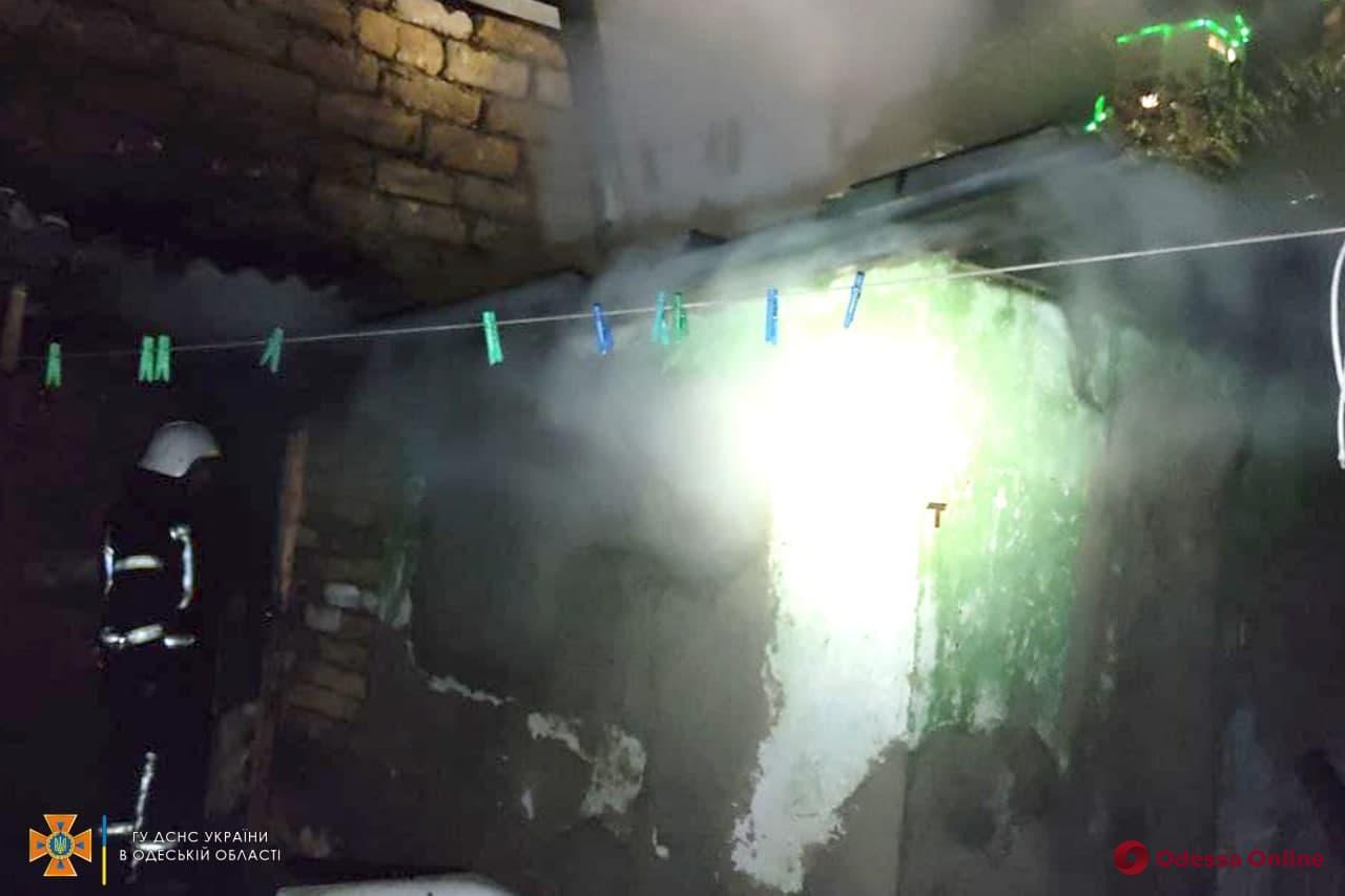 На Фонтане во дворе частного дома сгорел сарай (фото, видео)