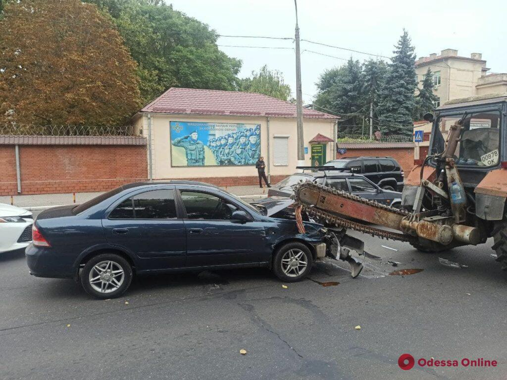 На Люстдорфской дороге Nissan влетел под пилу трактора