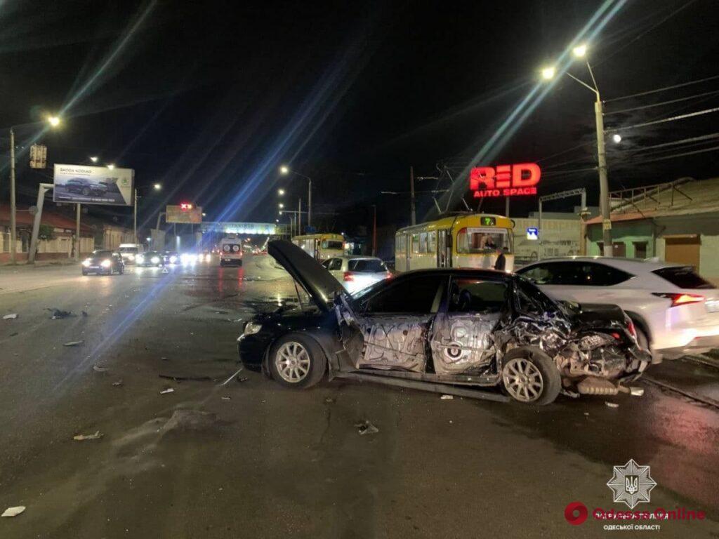 В Одессе на Николаевской дороге Lexus врезался в три автомобиля (фото)