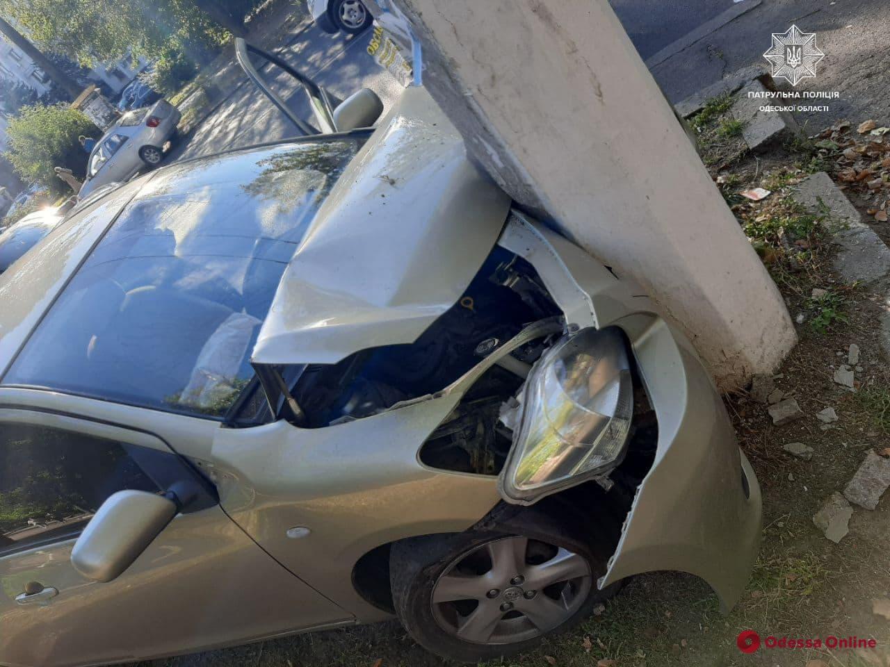 Пьяное ДТП: на проспекте Шевченко водитель Toyota врезался в столб
