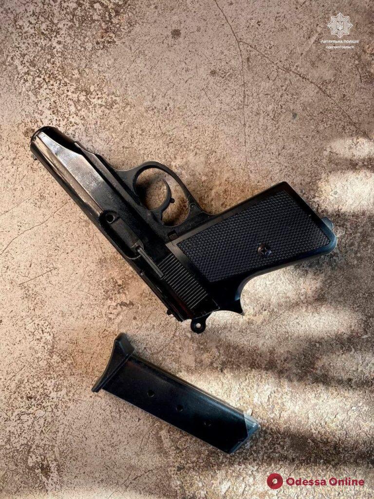 Был пьян и размахивал пистолетом: на Таирова патрульные задержали подростка