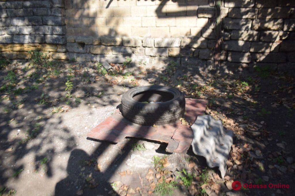 Прикрытые досками люки и качели из шин: жители двора на Пересыпи опасаются за своих детей