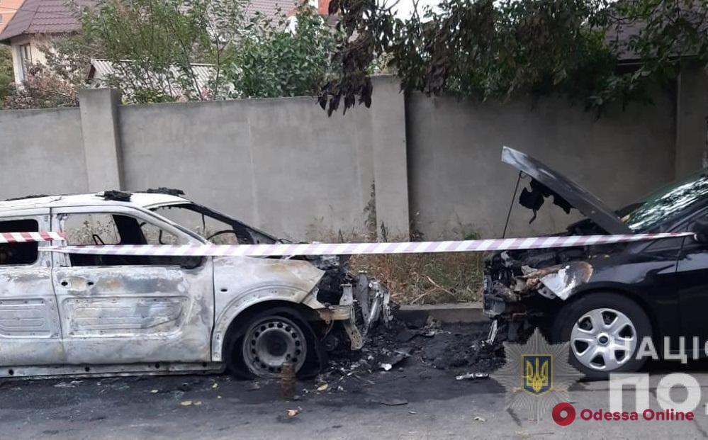 В Одессе неизвестные подожгли две машины