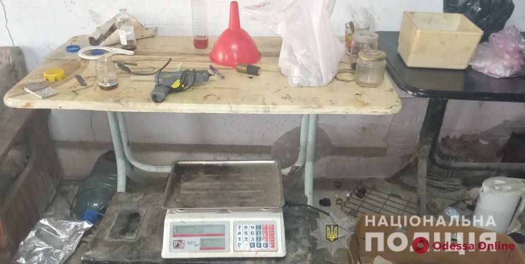 Жителя Одесской области поймали на производстве «элитного» алкоголя и хранении контрабандных сигарет