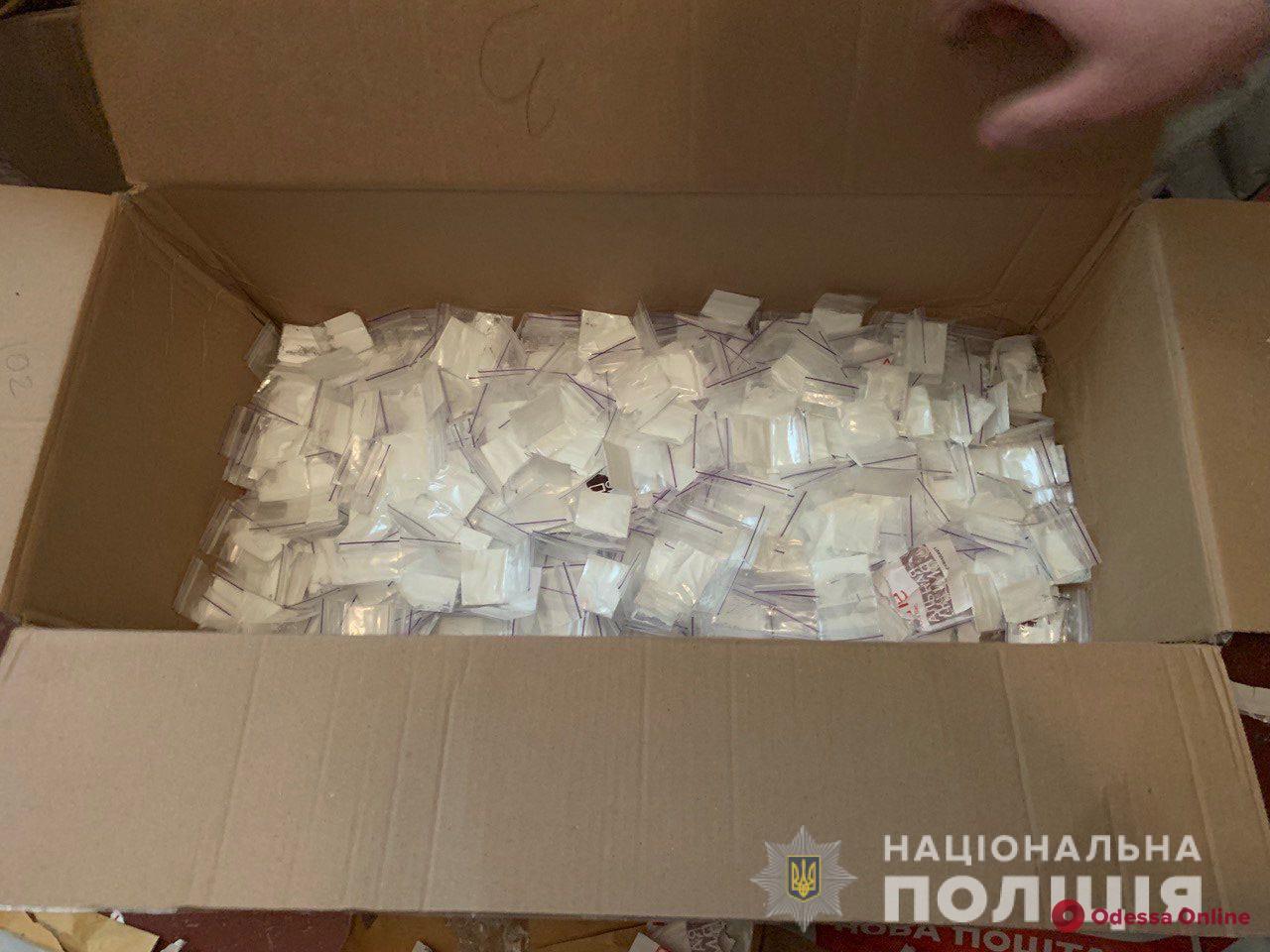 В Одессе полиция нашла у девушки из Херсона 800 пакетиков с наркотиками