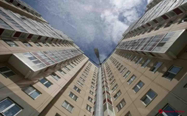 В Одессе на Котовского пенсионер выпал из окна многоэтажки