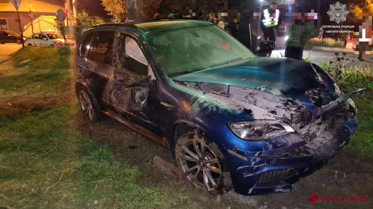 Повезло, что не под поезд: в Одессе BMW протаранил шлагбаум на переезде