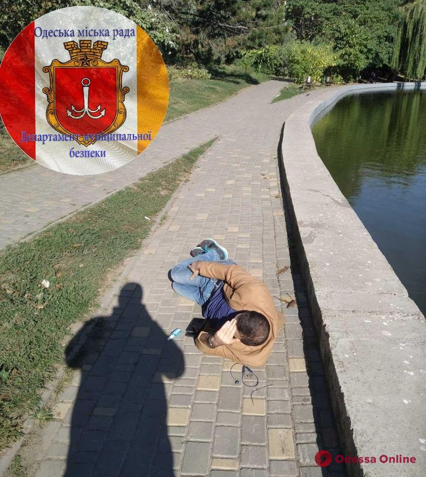 Потерял сознание у пруда: «скорая» забрала мужчину из парка Победы с подозрением на COVID