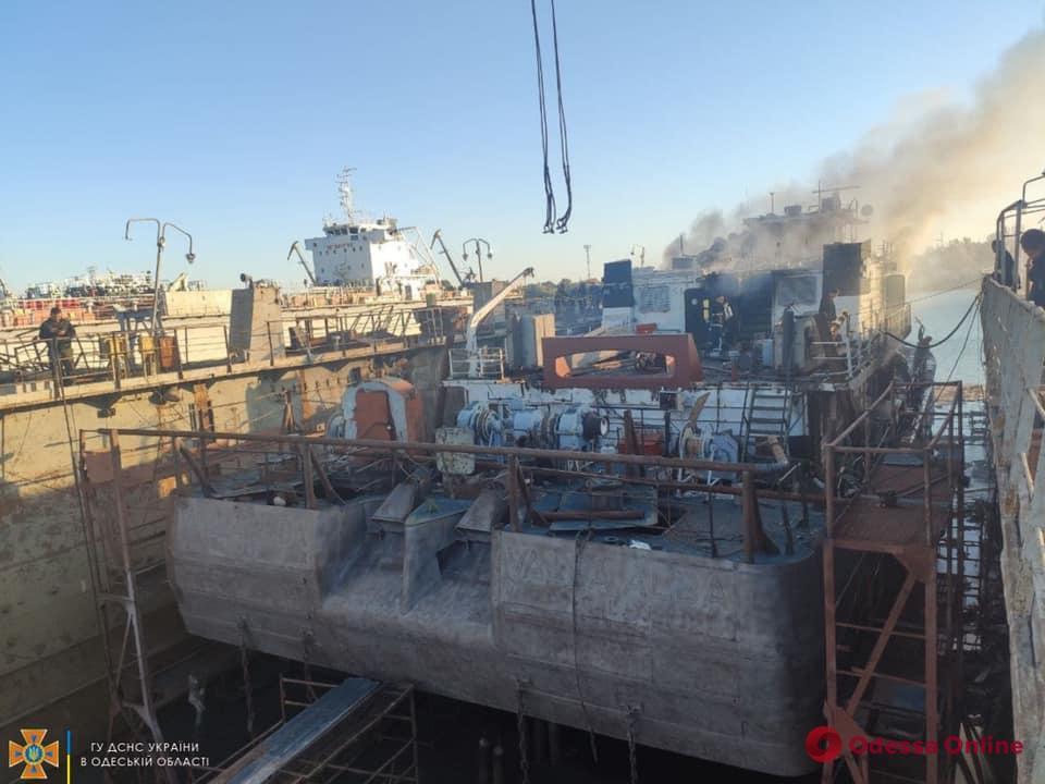 В Измаиле на судоремонтном заводе вспыхнул пожар (обновляется)