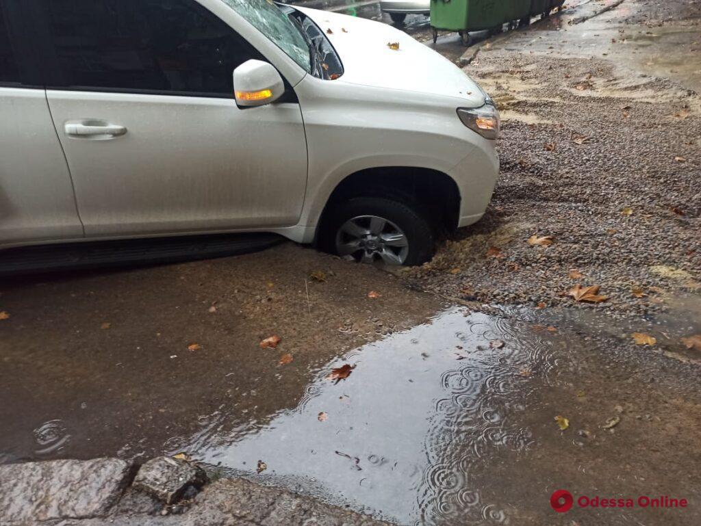 В Одессе внедорожник провалился в размокшую дорогу