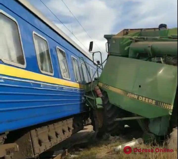 В Киевской области пассажирский поезд протаранил комбайн (фото)