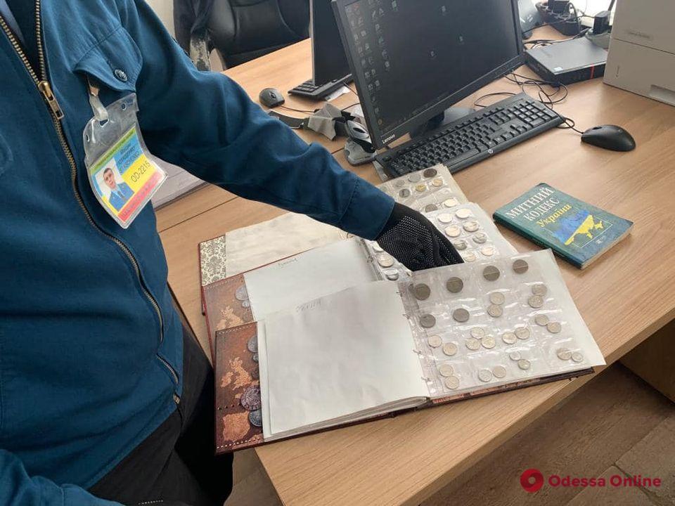 В Одесской области таможенники изъяли у женщины нумизматическую коллекцию