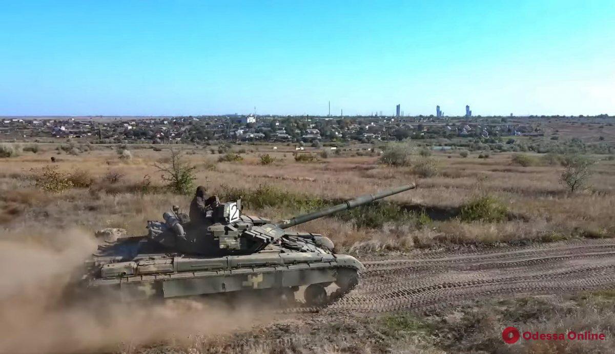 Одесские курсанты с факультетов разведки и спецназа тренировались водить танк