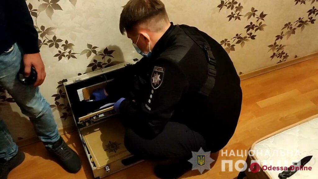 Кидался с ножом, ранил полицейского и устроил «каменную атаку»: в Одессе задержали неадеквата (фото, видео)
