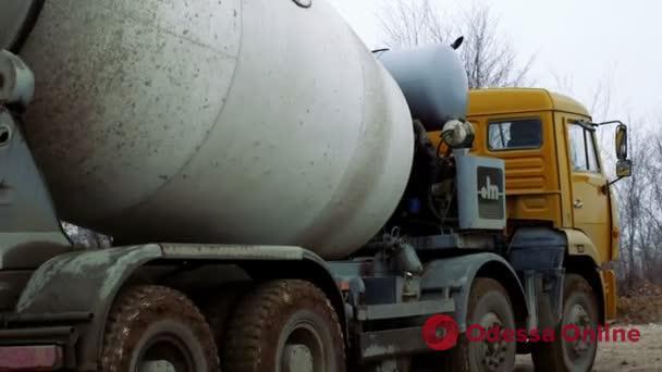 В Одессе бетономешалка провалилась в сточную канаву — водитель сбежал, не заглушив двигатель