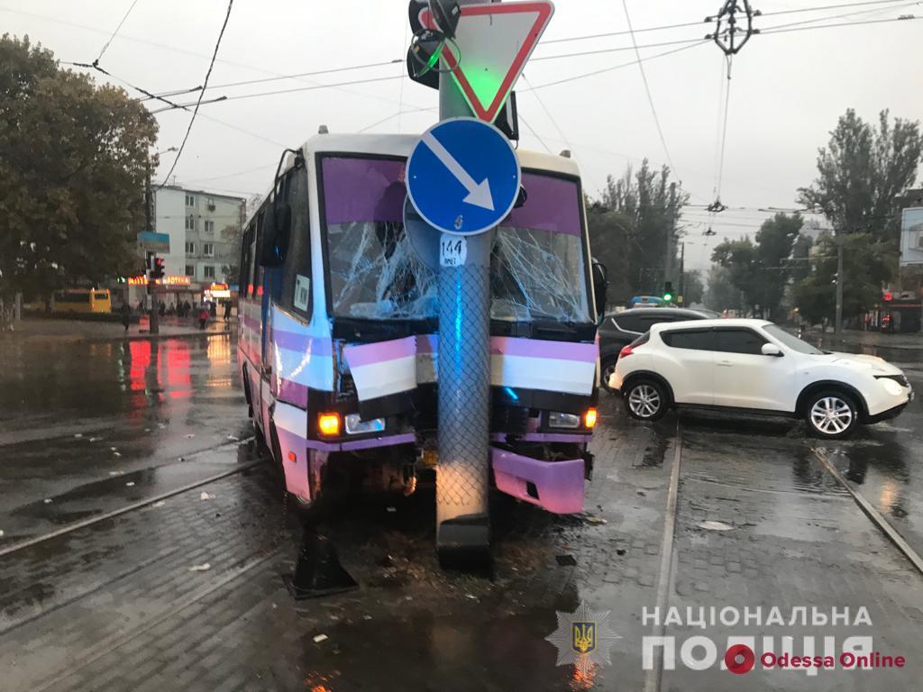 В Одессе в утренней аварии с маршруткой пострадало девять пассажиров