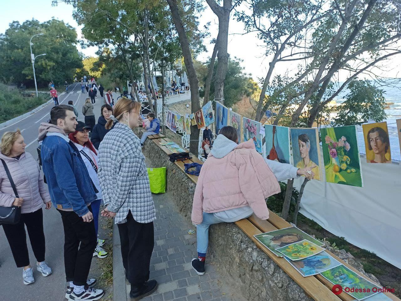 На Трассе здоровья открылась художественная выставка под открытым небом — работы можно купить (фото)
