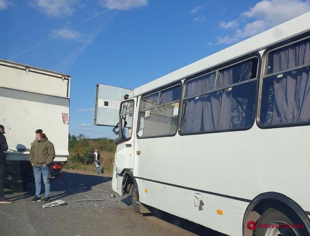 На Клеверном мосту столкнулись маршрутка и грузовик