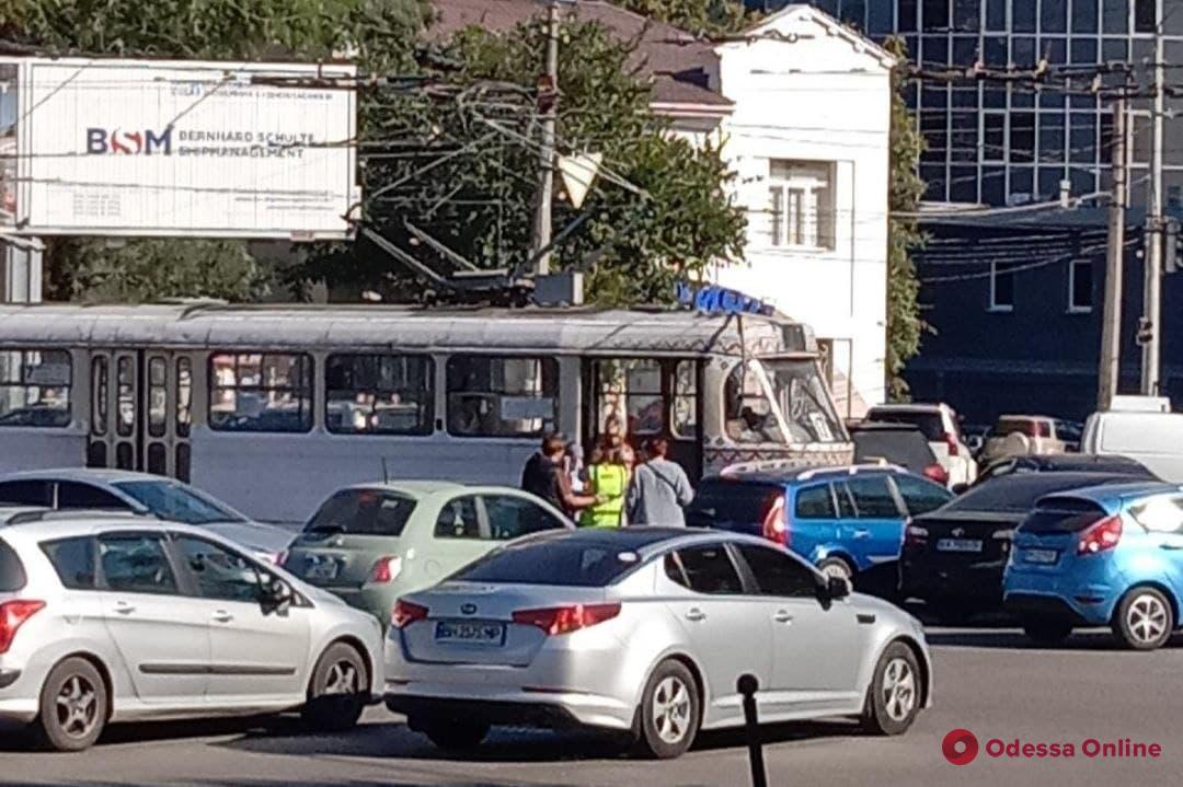 На Фонтане столкнулись трамвай и автомобиль
