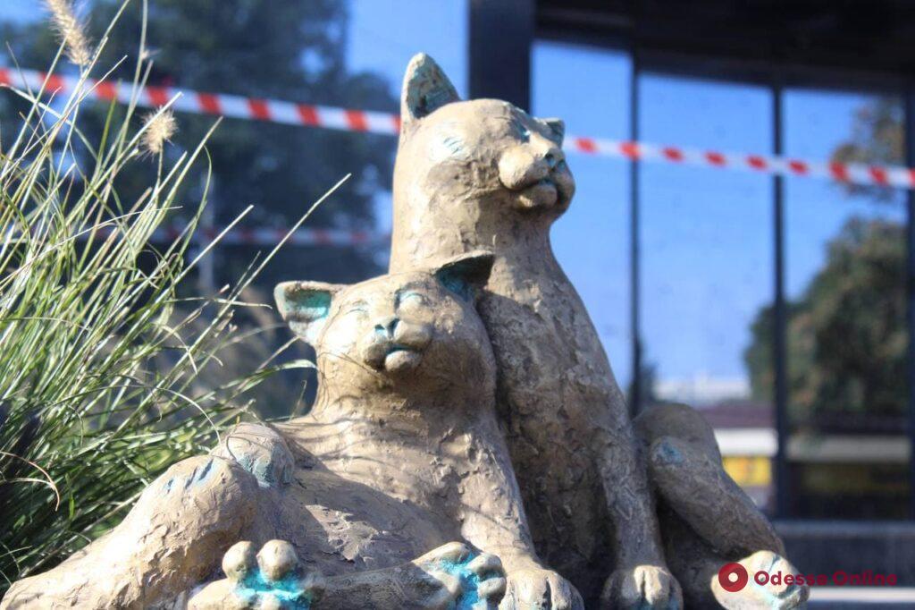 У «Привоза» появилась новая скульптура проекта «Одесские коты»
