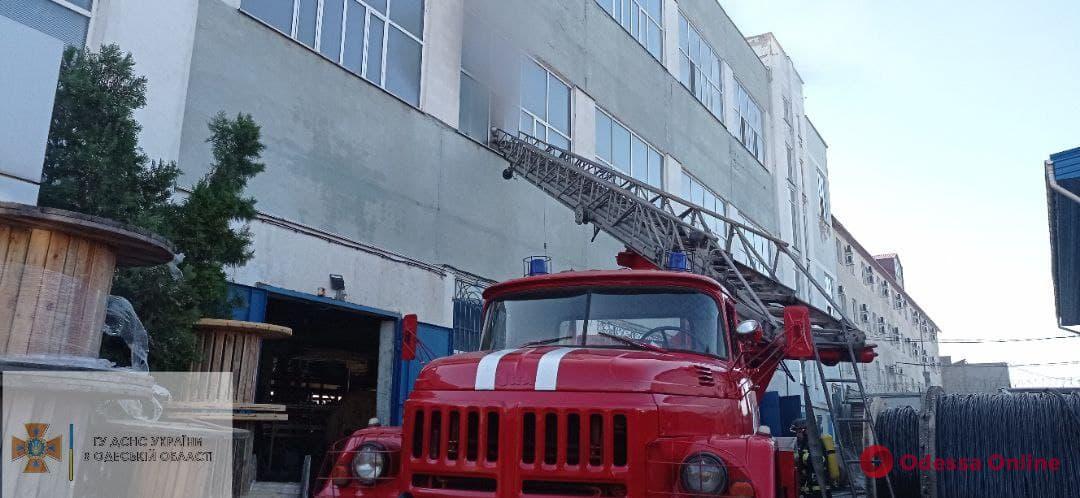 На Пересыпи тушат пожар в торговом павильоне кабельного завода (обновлено)