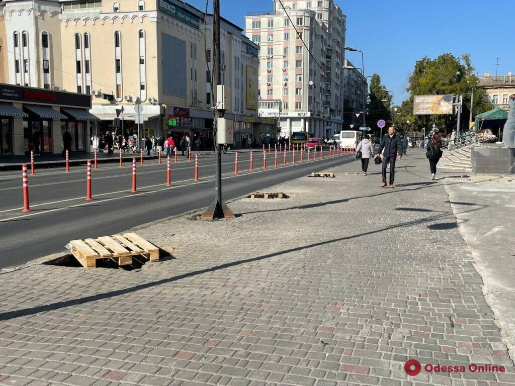 У «Привоза» на Екатерининской начали копать лунки для высадки акаций
