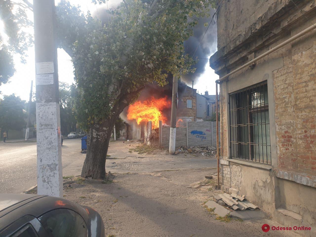 В Одессе на Слободке загорелась стихийная свалка