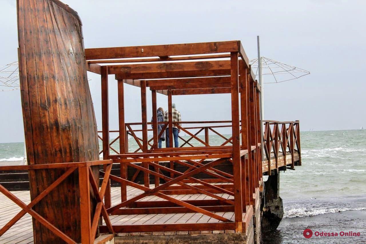 Чайки, яхты и легкий шторм: осеннее одесское море (фоторепортаж)