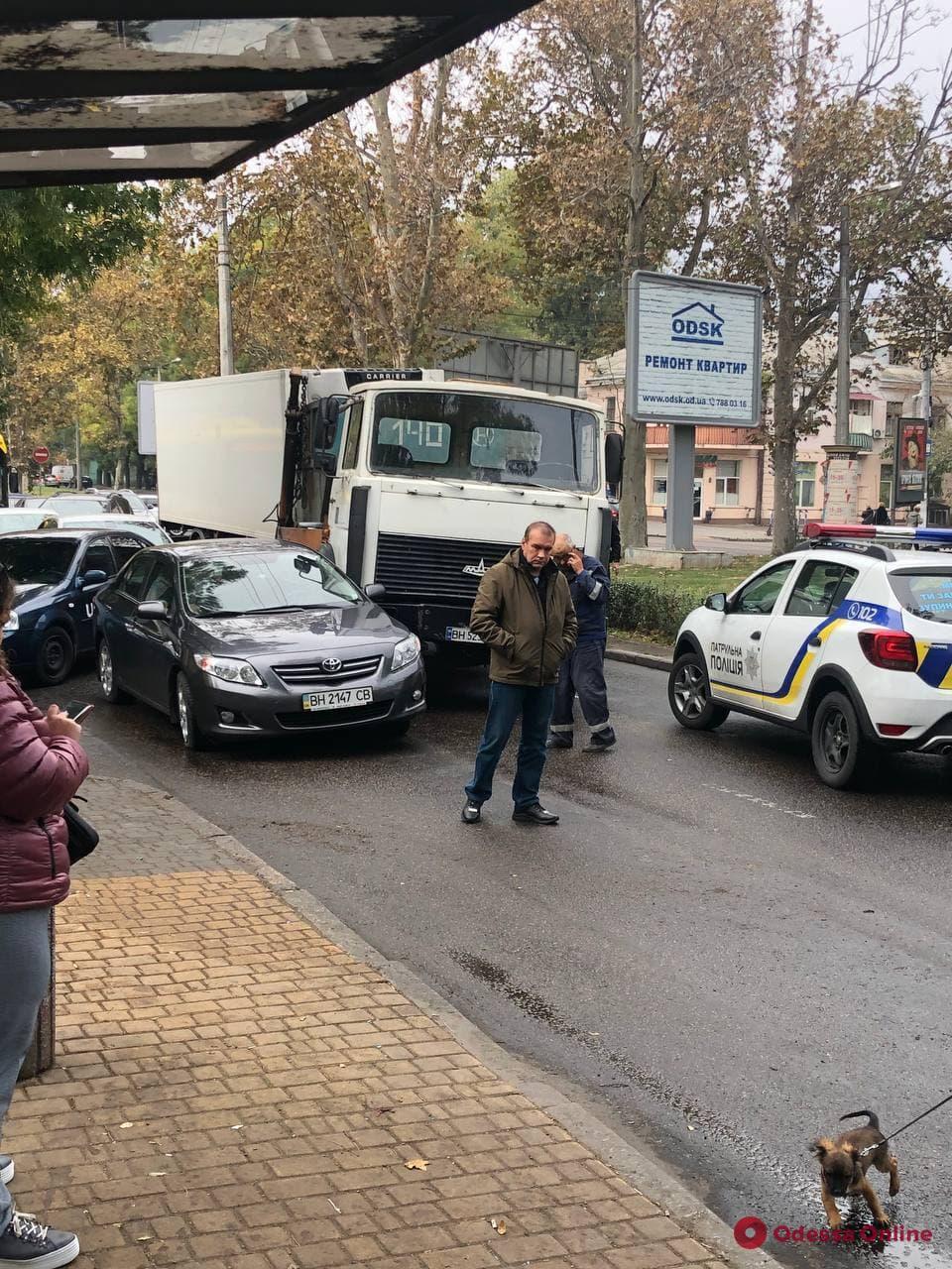 Пробка на Адмиральском: в Одессе грузовик столкнулся с легковым авто
