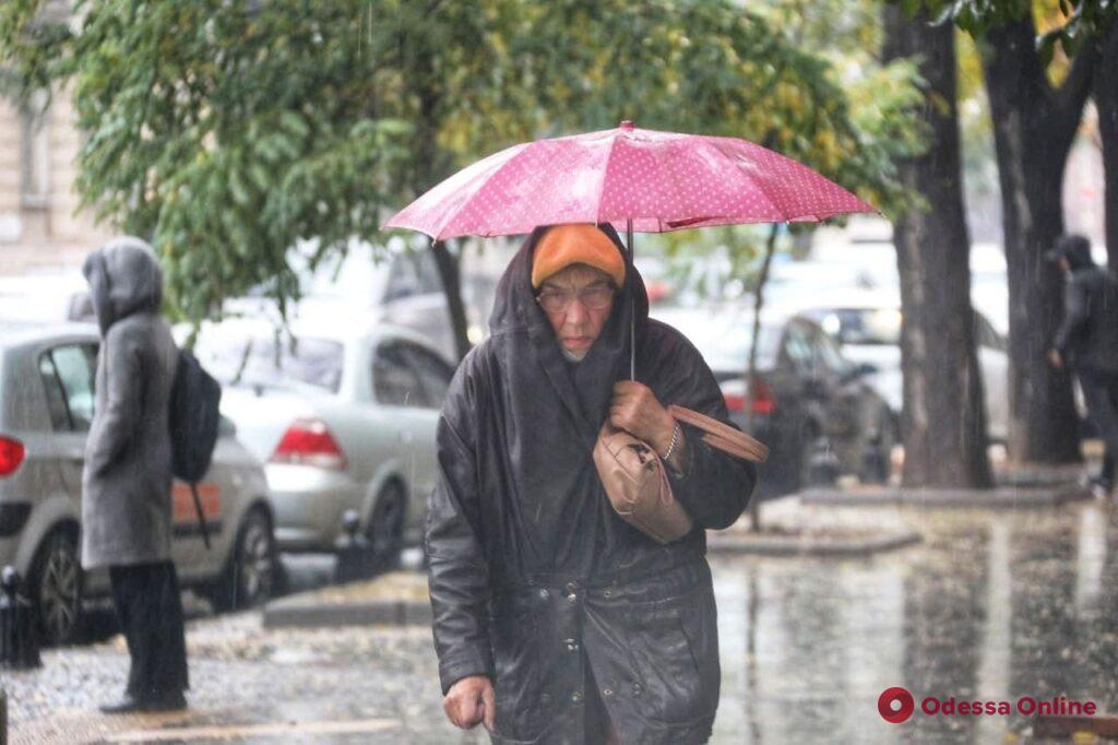 Октябрьский дождь в Одессе заставил горожан взяться за зонтики (фоторепортаж)
