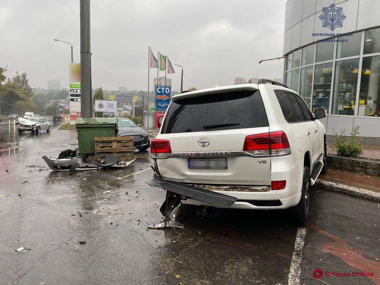 В Одессе в районе Автовокзала столкнулись внедорожник и легковушка