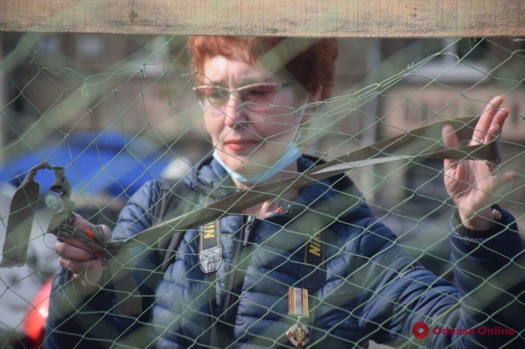 «Едят кашу и плетут сети»: в парке Шевченко празднуют День защитников и защитниц Украины