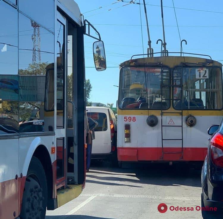 Из-за аварии с троллейбусом на Таирова остановилось движение