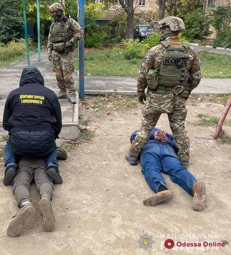 Продавали канабис и синтетику: одесская полиция задержала двух наркодилеров